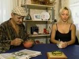 Vidéo porno mobile : Bonniche baisée devant un vieux pervers !